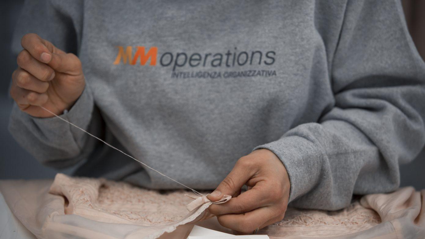 Addetta alla cucitura in magazzino MM Operations