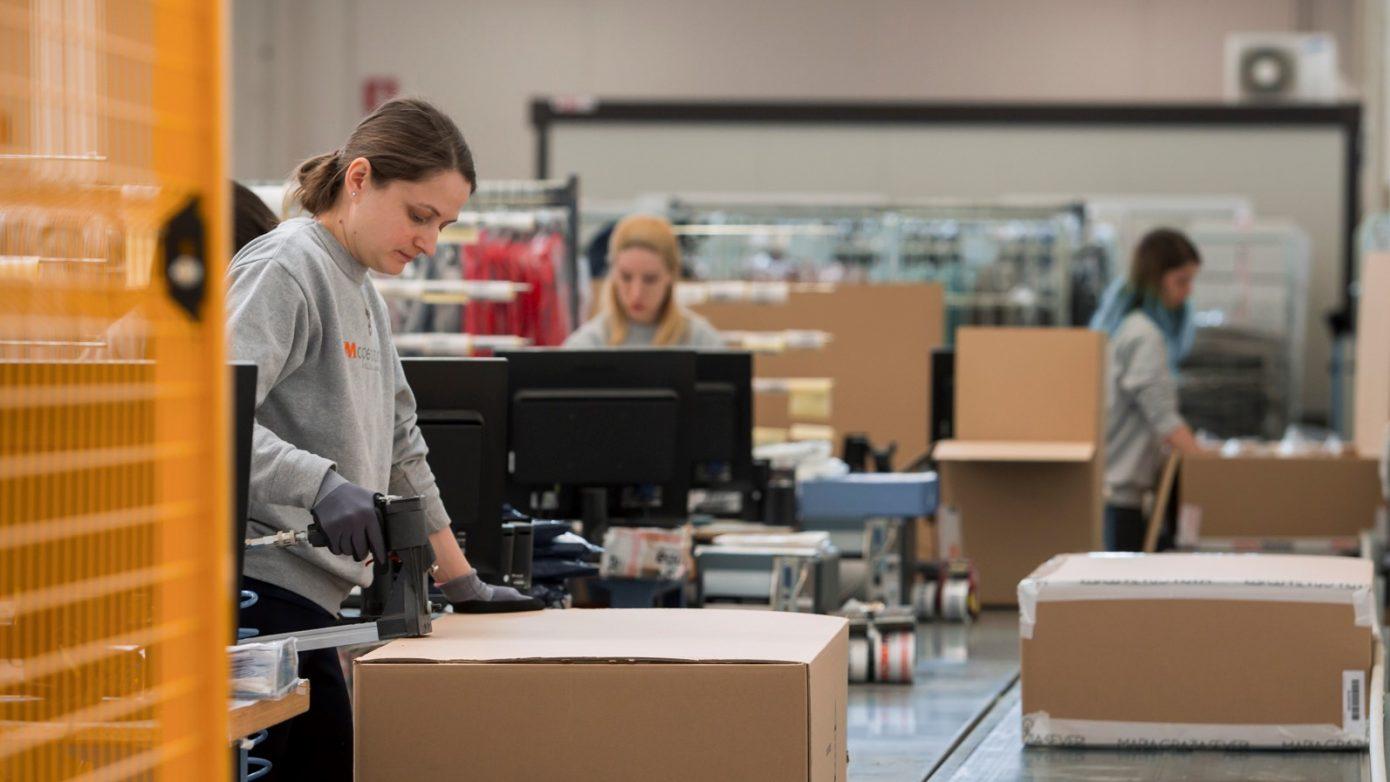 foto di ragazze al lavoro nel settore della supply chain