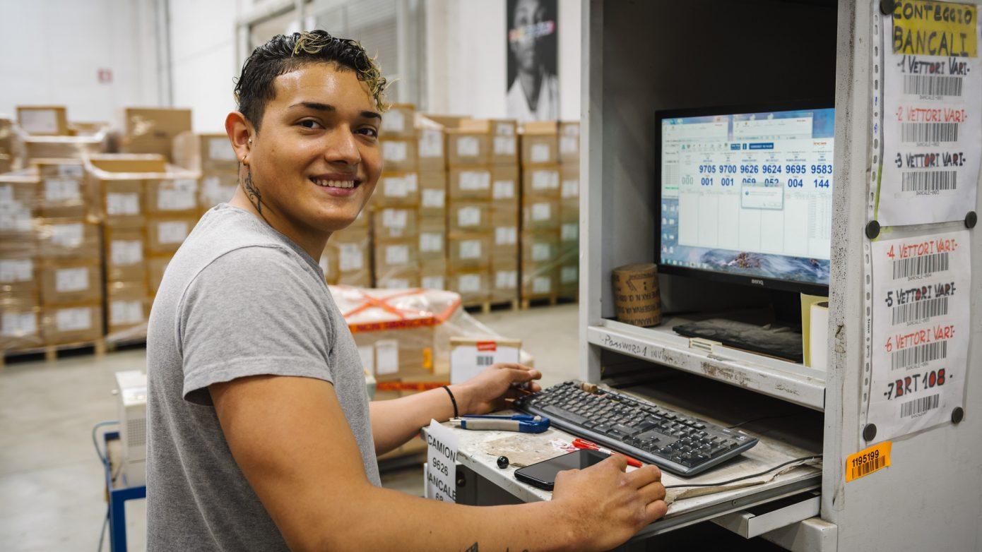 Risorsa che utilizza il sistema informatico di logistica di MM Operations
