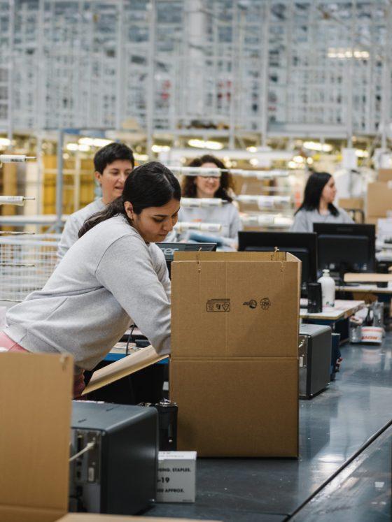Ragazze al lavoro nel packaging e nel confezionamento di prodotti