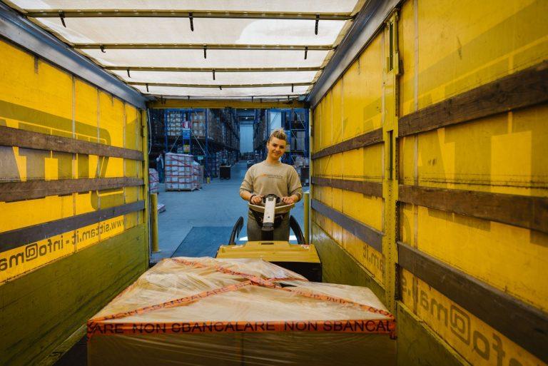 Caricamento della merce sul camion con l'uso del transpallet