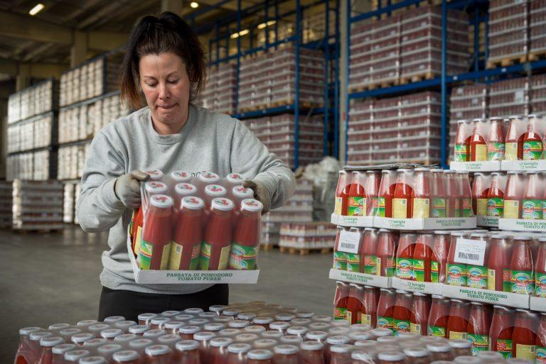 Movimentazione passata di pomodoro in magazzino food